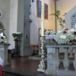 Kirchendekoration Schleierkraut mit weißen und roten Rosen