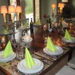 gedeckter Tisch am Abschiedsabend mit Kerzen und Blumen